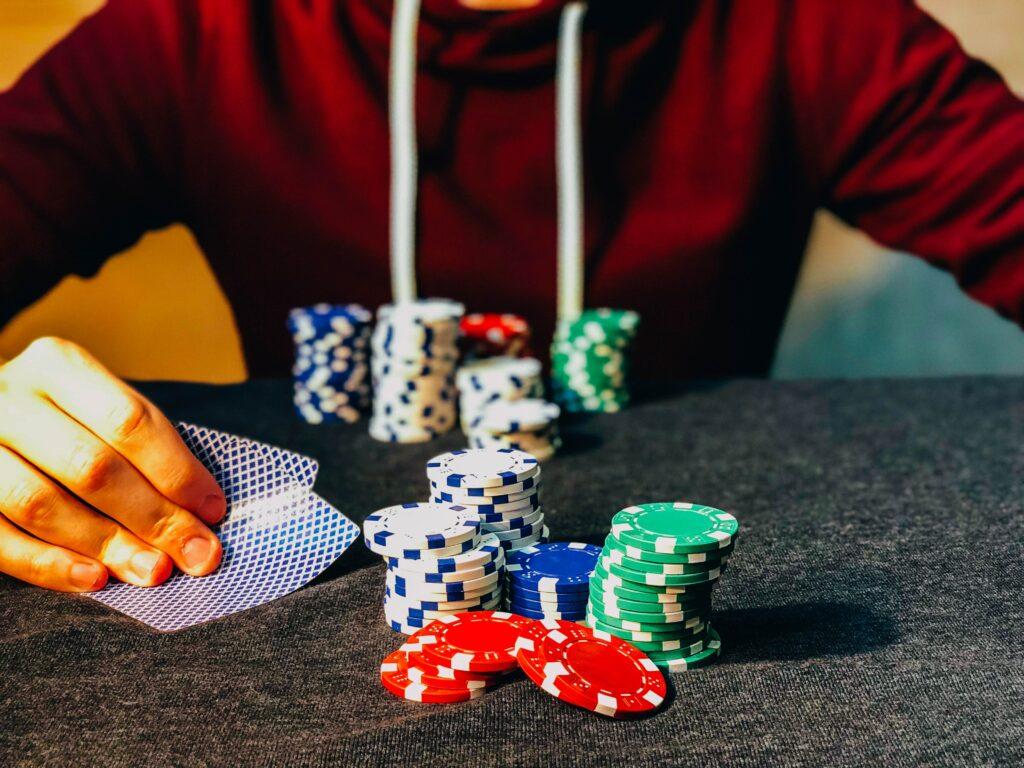 Prissättning av risk. En person som spelar poker om pengar tar risker
